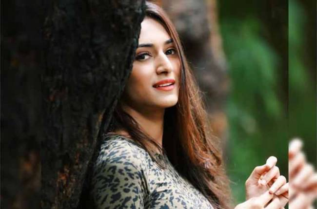 Kasautii Zindagii Kay's Erica Fernandes rocks THIS white and black outfit in STYLE